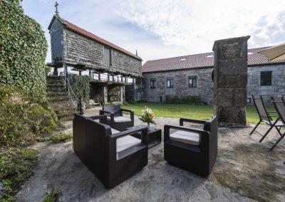 Zona chill en el exterior de la casa rural A Canteira en Vimianzo A Coruña Galicia