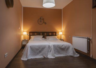 Habitación naranja con camas dobles de la casa rural A Canteira en Vimianzo A Coruña Galicia