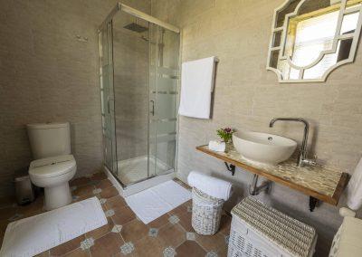 Baño blanco estilo barroco en la planta superior de la casa rural A Canteira en Vimianzo A Coruña Galicia