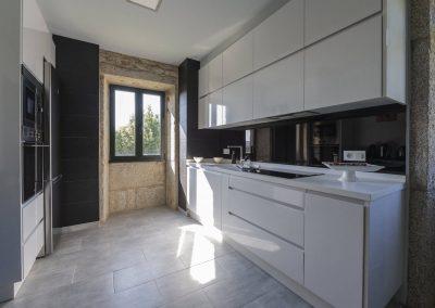 Cocina blanco y negro en la planta superior de la casa rural A Canteira en Vimianzo A Coruña Galicia