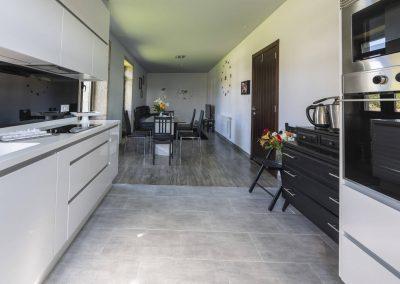 Salón comedor con cocina en la planta superior de la casa rural A Canteira en Vimianzo A Coruña Galicia