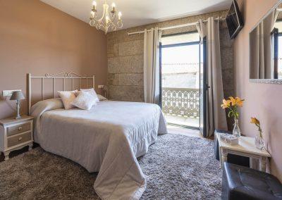 Habitación con balcón en la planta superior de la casa rural A Canteira en Vimianzo A Coruña Galicia
